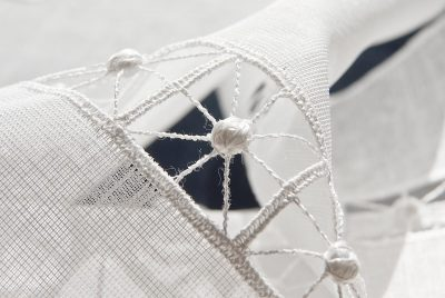 Moderne Kurzgardine Plauener Spitze Schneeballspitze zeitlos Detailbild
