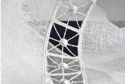 Moderne Kurzgardine Schneeballspitze zeitlos Detailbild