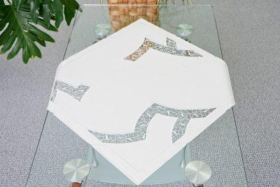 Moderne Tischdecke aus Plauener Spitze